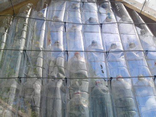 Внешний вид стенки из цельных бутылок