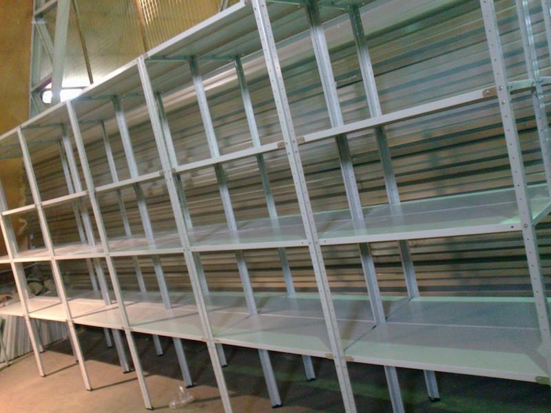 Готовые сборные стеллажи с возможностью регулирования высоты полок. Удобная конструкция, которую можно использовать как в теплице, так и в гараже или даже доме