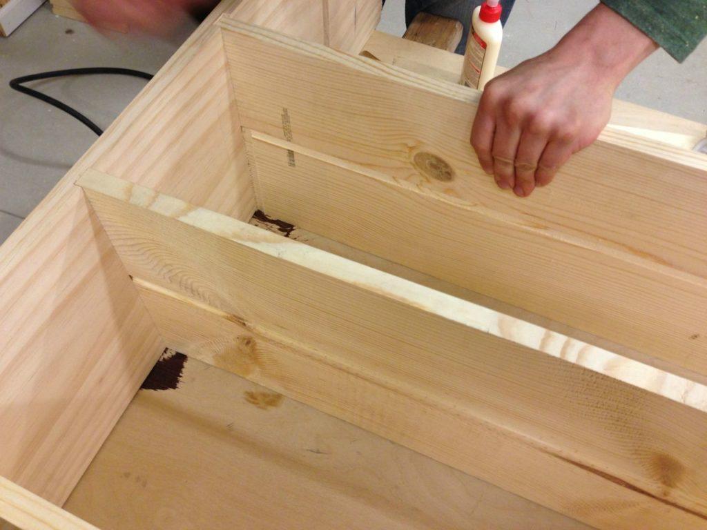 Инструменты, которые вам понадобятся для создания стеллажа для теплицы своими руками, зависят от того, из какого материала будет ваш стеллаж