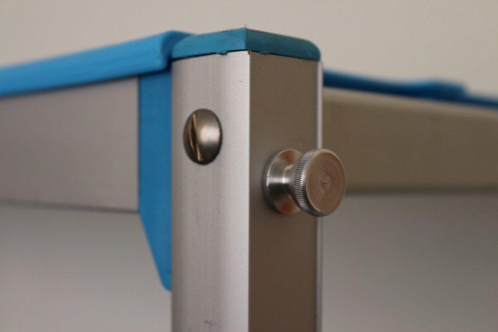 Крепление полок металлических стеллажей при помощи специальных стягивающих болтов