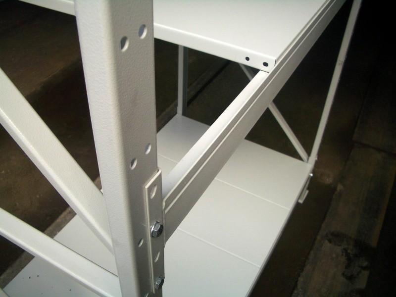Крепление сегментов металлического стеллажа. Главное условие – это обязательное наличие не мене двух болтов, только при таком соединении конструкция получится устойчивой и прочной