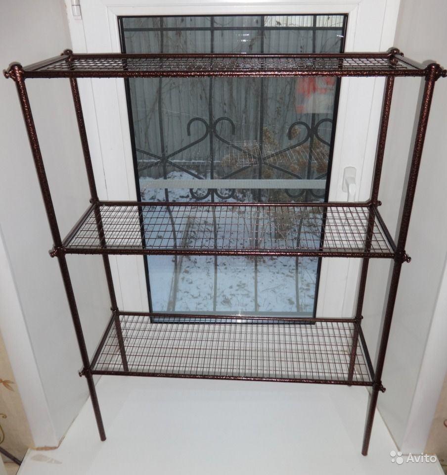 На фото, самый простой стеллаж, купленный в магазине, не отличающийся высокой прочностью