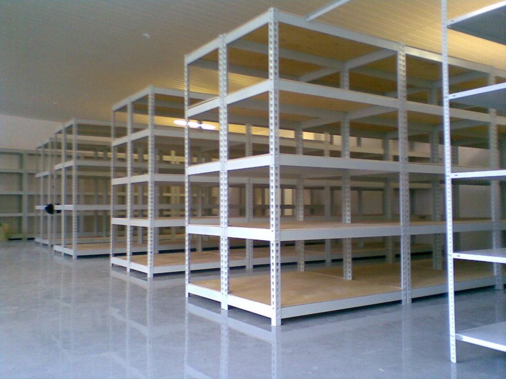 На фотографии показаны разборные стеллажи, которые можно приобрести в строительных магазинах