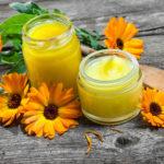 Настойки и отвары календулы добавляют во многие домашние косметические средства для проблемной кожи