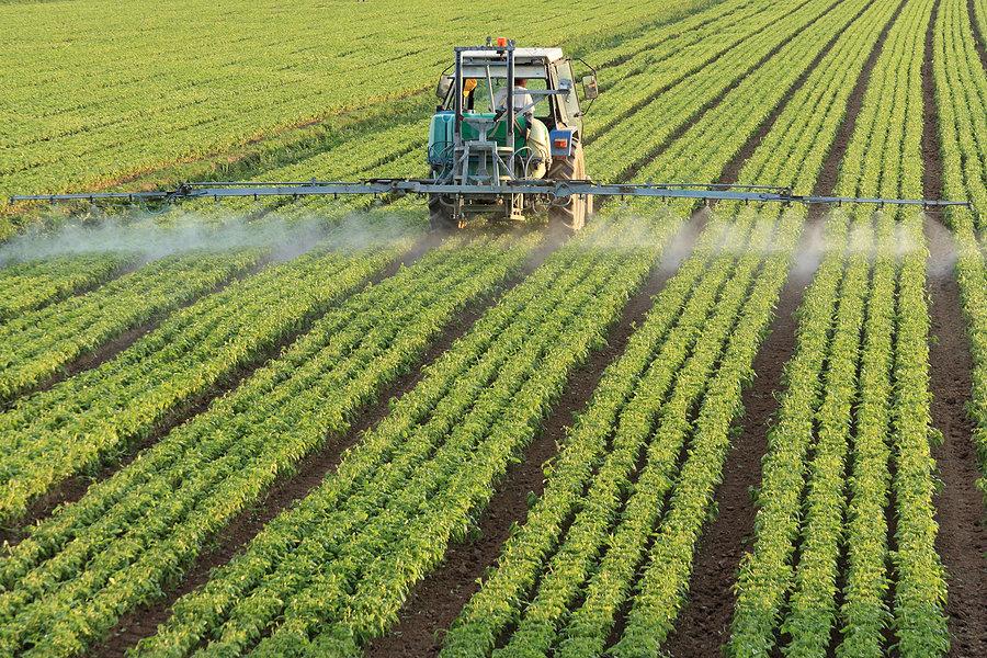 Обработка полей гербицидами при помощи тяжёлой техники