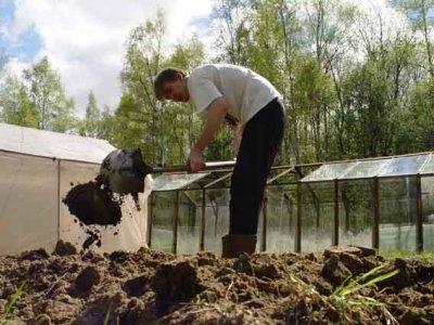 Перекопка почвы в штабеле