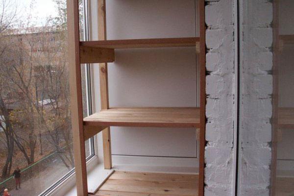 Деревянный стеллаж на балконе