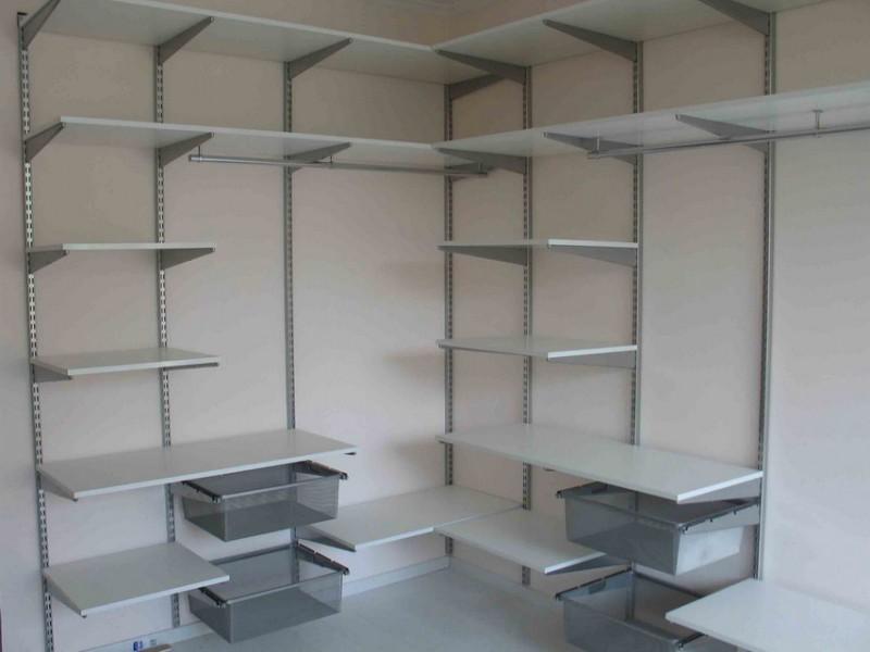 Подвесная конструкция сборного пристенного стеллажа в готовом виде. Конструкция, которая при правильном декорировании может использоваться даже в домашних условиях, а не только в теплице или гараже