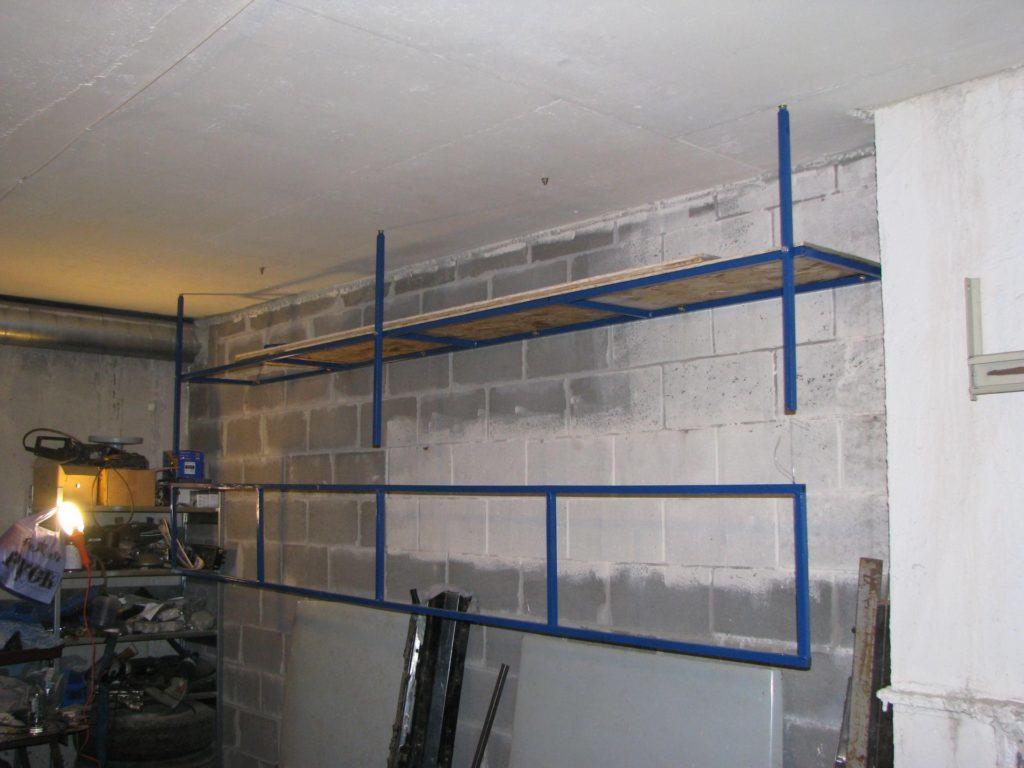 Подвесной полочный стеллаж, закреплённый к стене и потолку. При изготовлении обязательно нужно учитывать материал стен, способ крепежа и максимальную допустимую нагрузку на поверхность конструкции