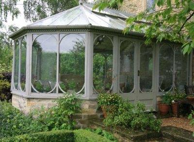 Пристроенный к дому зимний сад с летним выходом наружу
