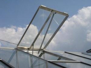 Автоматически открывающиеся при повышении температуры окна очень облегчают уход за томатами в теплице