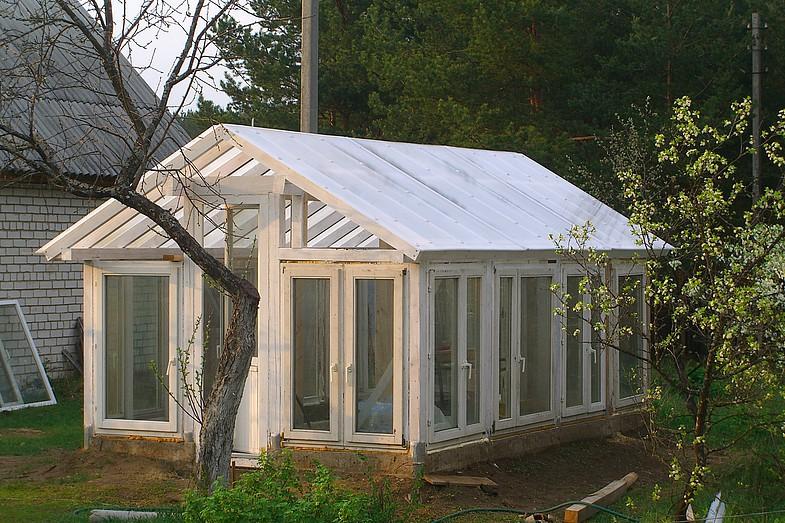 Теплица из оконных рам с пленочным покрытием на крыше